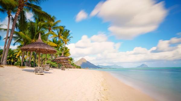 Mauritius juga mengandalkan pariwisata untuk mendukung perekonomiannya.