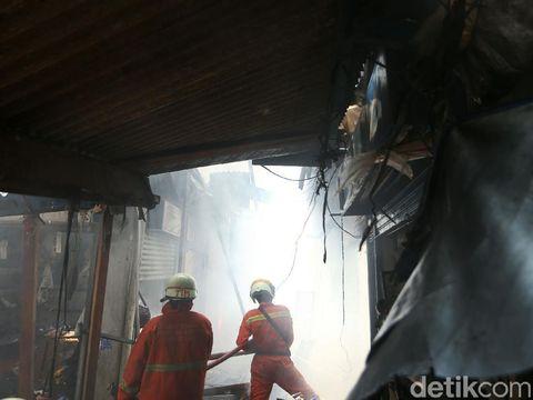 Pasar Cempaka Putih di Jakarta Pusat (Jakpus) terbakar, Kamis (24/9/2020). Sebanyak 20 unit pemadam kebakaran dikerahkan untuk memadamkan api.