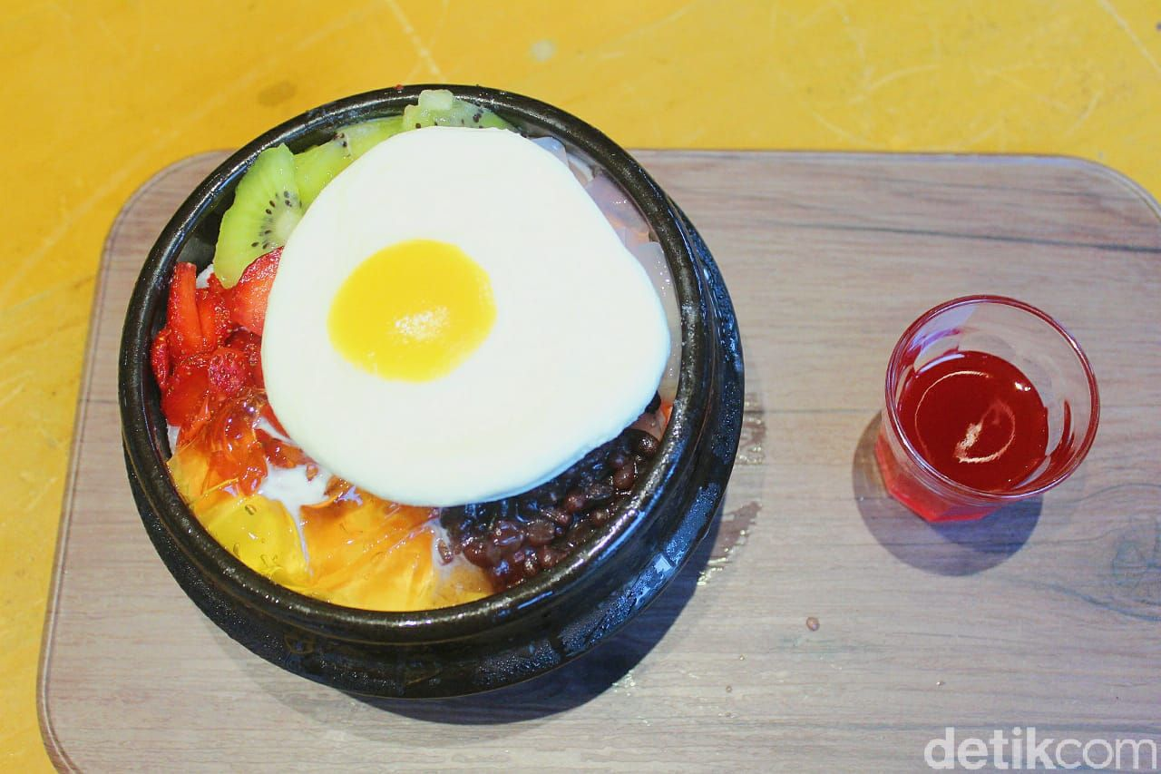 Sensasi Makan Patbingsoo Bentuk Bibimbap yang Manis Segar di Kafe