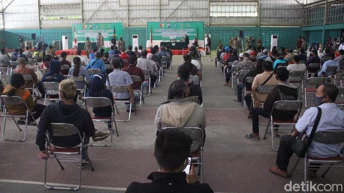 Sebanyak 733 pelanggar protokol kesehatan di Sidoarjo menjalani sidang Tipiring. Sidang digelar di GOR Tennis Indoor, Jalan Pahlawan.