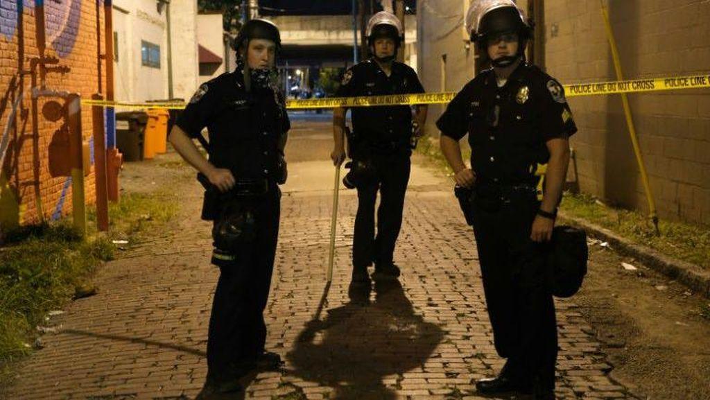 Keji! Polisi AS Lindas Kepala Demonstran dengan Sepeda