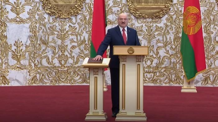 Presiden Belarus Alexander Lukashenko dilantik untuk masa jabatan keenamnya secara rahasia dan tanpa pengumuman sebelumnya. Pelantikan ini berlangsung di tengah aksi protes warga terhadap kemenangannya.