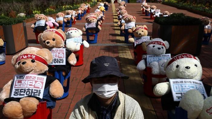 Ada yang berbeda dari aksi unjuk rasa yang digelar para serikat PKL di Seoul. Terlihat puluhan boneka Teddy Bear ikutan menyuarakan protes anti-pemerintah.