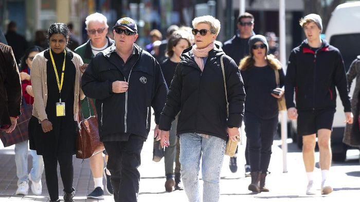 Menyusul jumlah kasus COVID-19 yang terus menurun, Selandia Baru mencabut kebijakan wajib masker. Ada tapinya lho, penasaran?