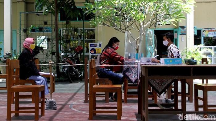 Siswa SMP di Solo jalani ujian sekolah di masa pandemi. Namun, gegara tak punya ponsel pintar lembar soal ujian pun diambil ke sekolah untuk dikerjakan di rumah