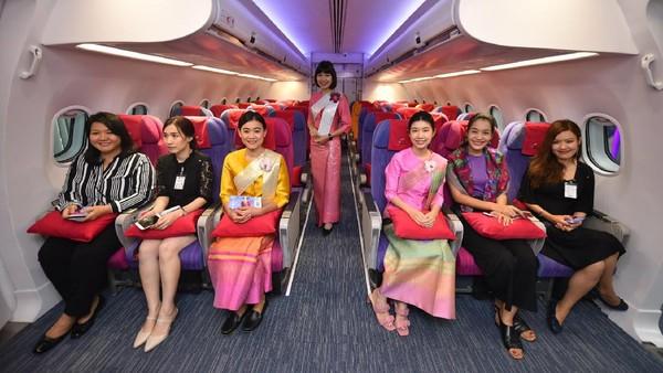 Thai Airways pun sempat mengajak masyarakat untuk merasakan menjadi pramugari dalam satu hari. Maskapai yang mengajukan perlindungan kebangkrutan pada bulan Mei ini mengeluarkan program Jadilah Tamu Kami, Jadilah Kru Kami. Foto: (Cherdpan Werakul/Crew Journey/Facebook)