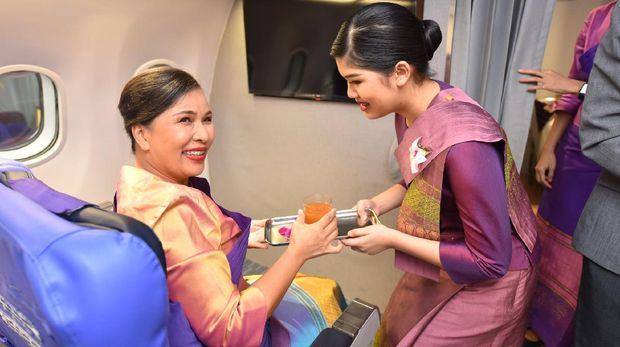 Thai Airways mengajak masyarakat untuk merasakan menjadi pramugari dalam satu hari. Maskapai yang mengajukan perlindungan kebangkrutan pada bulan Mei ini mengeluarkan program 'Jadilah Tamu Kami, Jadilah Kru Kami'.