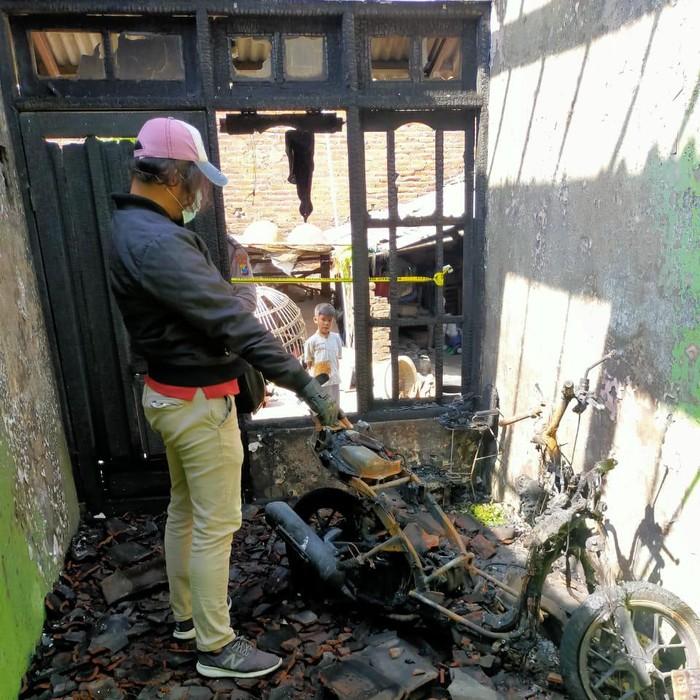 Wanita di Sidoarjo membakar rumah janda beranak tiga karena cemburu buta. Sebab, suaminya memiliki hubungan terlarang dengan janda tersebut.