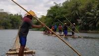 Foto: Berakit-rakit Menaklukkan Sungai Progo, Seru Banget!