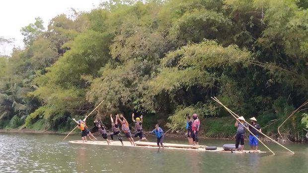 Wisata naik gethek bambu menyusuri Sungai Progo