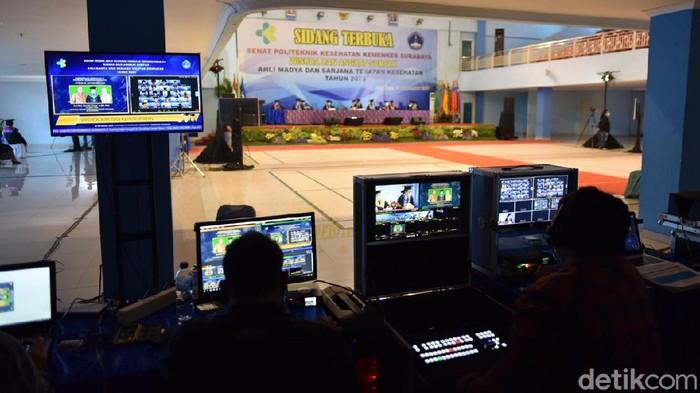 Politeknik Kesehatan (Poltekkes) Surabaya menggelar wisuda ke-19. Wisuda yang diikuti 1.657 wisudawan dari 7 jurusan dan 22 program studi ini, digelar secara daring karena dalam situasi pandemi COVID-19.