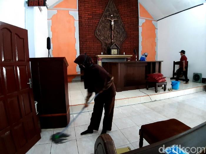 Warga di Kabupaten Semarang bergotong royong bersihkan masjid serta kapel yang berada di kawasan itu. Aksi itu jadi bentuk toleransi antar umat beragama di sana