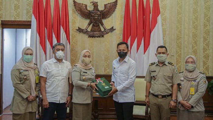 Badan Pertanahan Nasional (BPN) Kota Bogor menyerahkan sertifikat aset atas nama Pemerintah Kota Bogor kepada Wali Kota Bogor, Bima Arya.