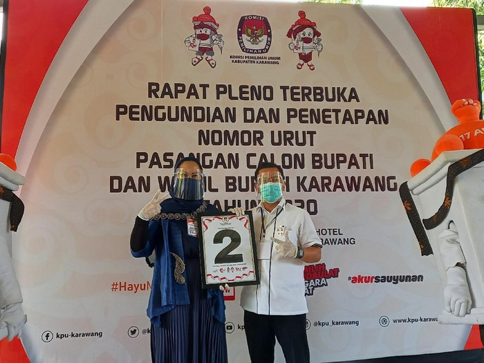 Cawabup Karawang Aep Syapuloh bersama pasangannya Cellica Nuracahdiana memperlihatkan nomor urut di Pilbup Karawang.