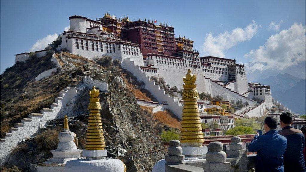 China Dilaporkan Paksa Ratusan Ribu Warga Tibet Masuk Kamp Kerja Paksa