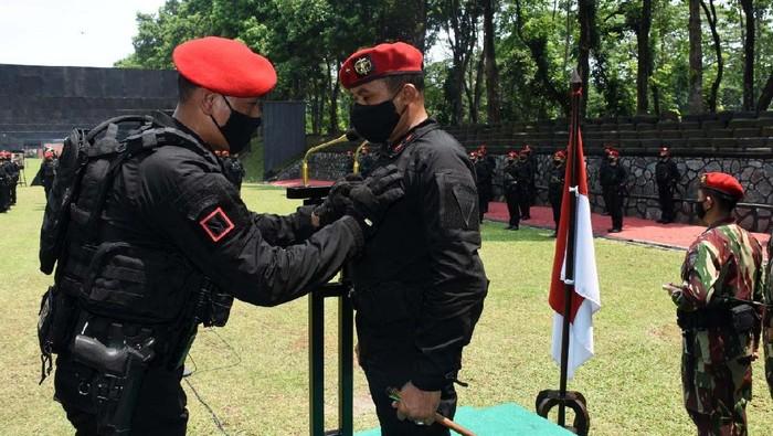 Komandan Jenderal Kopassus Brigjen TNI Mohamad Hasan menerima Brevet Anti Teror. Sebelum menerima Brevet Anti teror, Danjen Kopassus mengikuti serbuan unit.