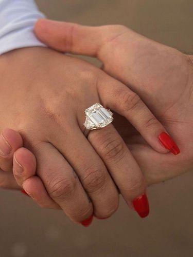 Momen Demi Lovato saat dilamar Max Ehrich dengan cincin tunangan Rp 3,6 miliar.