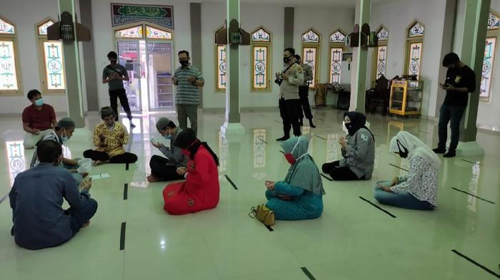 Fikri dan kekasih harus melangsungkan akad nikah di masjid tahanan Polres Musi Banyuasin. (Dok. Istimewa)