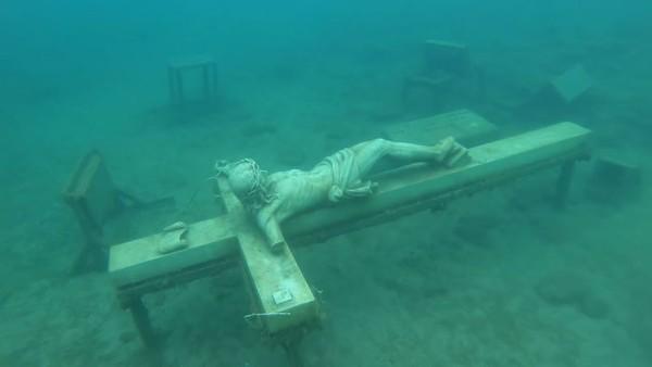 Patung Jesus di dasar Danau Michigan. (Bored Panda)