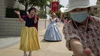 Kini, Disneyland Hong Kong kembali membuka pintu untuk menyambut para wisatawan yang hendak bermain di sana.
