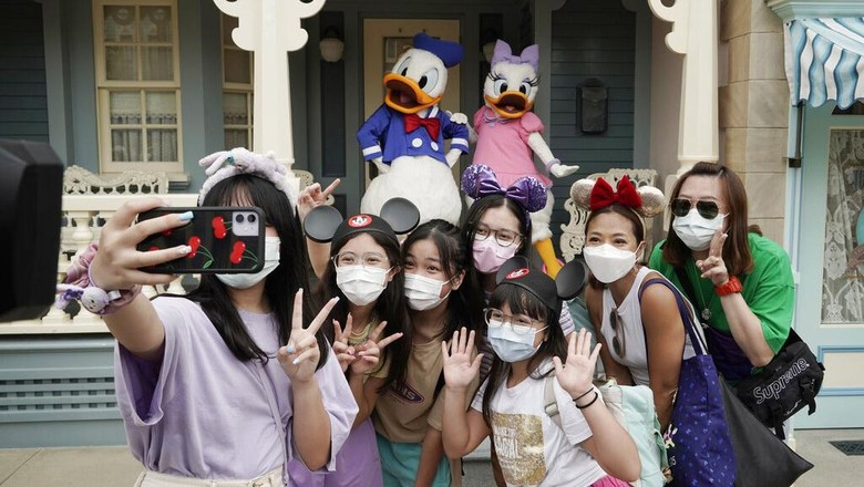 Disneyland Hong Kong kembali dibuka usai sebelumnya ditutup gegara virus Corona. Di hari pertama pembukaannya taman bermain itu diserbu pengunjung.