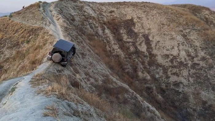 Jeep Wrangler hampir merosot ke Jurang