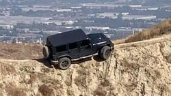 Ngeri, Jeep Wrangler Nyangkut di Bibir Jurang