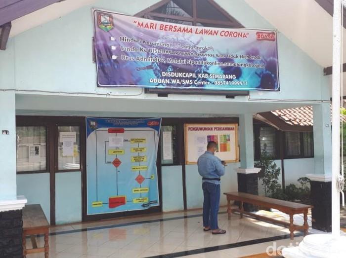 Kantor Dispendukcapil Kabupaten Semarang, Ungaran Barat, Jumat (25/9/2020).   Salah seorang staf di kantor ini meninggal dunia akibat Corona. Terkait hal itu, pelayanan tatap muka di kantor ini disetop selama 14 hari.