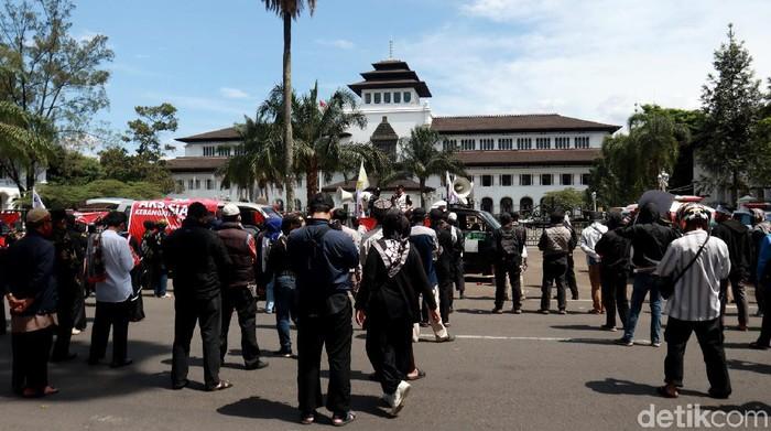 Sejumlah orang menggelar aksi di depan Gedung Sate, Bandung, Jawa Barat. Aksi digelar untuk meminta aparat usut kasus penusukan ulama dan perusakan masjid.