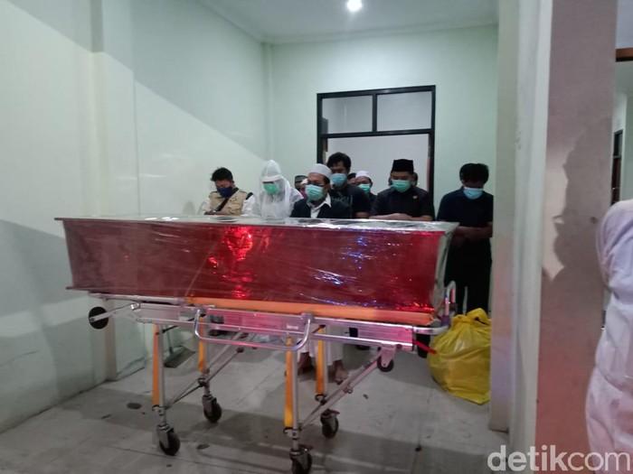 Tenaga kesehatan (nakes) RSUD dr Mochamad Saleh Kota Probolinggo meninggal dunia karena terpapar COVID-19. Pelepasan jenazah diiringi tangisan teman kerja nakes tersebut.