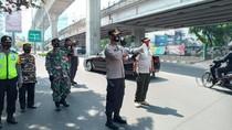 Operasi Yustisi di Mampang Jaksel, 4 Orang Dihukum Menyapu Jalan