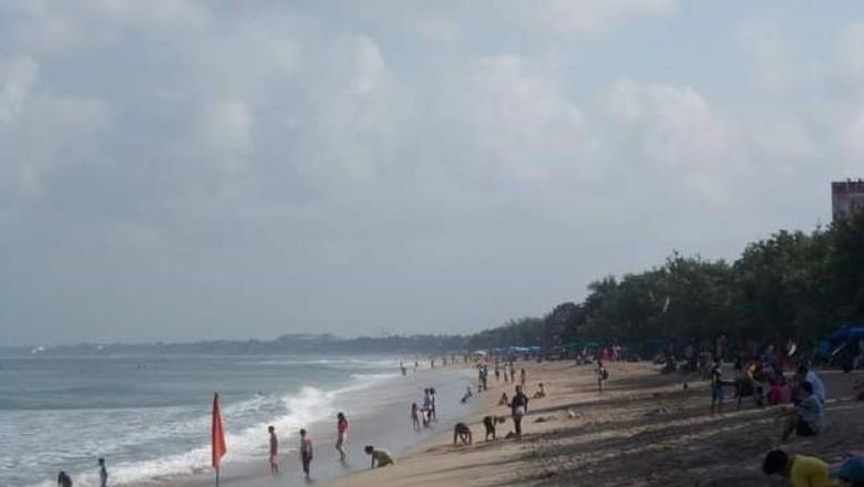 Bali terkenal dengan pantai-pantainya yang indah. Salah satu yang paling terkenal adalah Pantai Kuta yang selalu menawan.