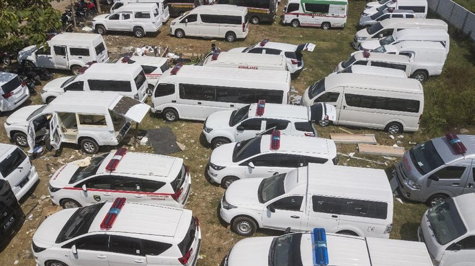 Foto udara mobil ambulance yang sedang dalam proses perakitan di Babelan, Kabupaten Bekasi, Jawa Barat, Jumat (25/9/2020). Perakitan mobil ambulans meningkat 100 persen menjadi 700 unit saat pandemi COVID-19 dengan harga Rp20 juta hingga Rp1,5 milliar. ANTARA FOTO/ Fakhri Hermansyah/pras.