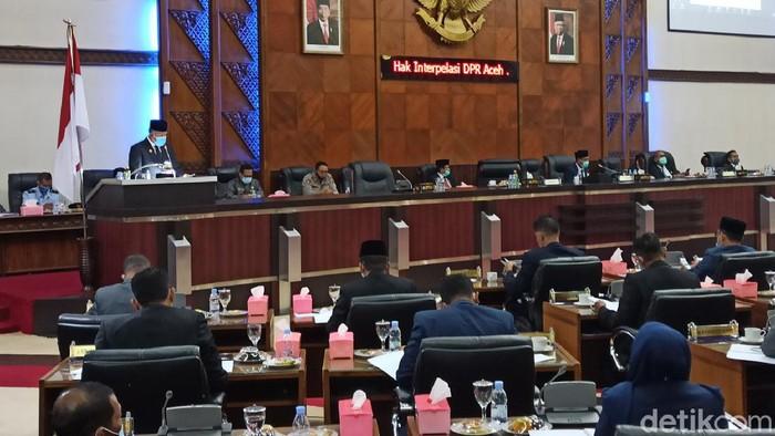 Plt Gubernur Aceh Nova Iriansyah menyampaikan jawaban terhadap pertanyaan yang diajukan DPRA dalam hak interpelasi.