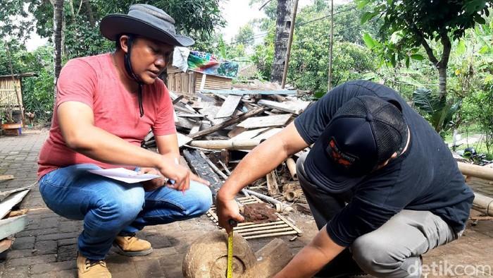 Potongan batu diduga struktur pipi tangga candi yang ditemukan petani di Dusun Ngablak, Desa Candirejo, Ungaran Barat, Kabupaten Semarang.