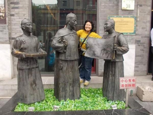 Berfoto di patung bersejarah Jalan Qianmen. (Foto: Lena Ellitan/dtraveler)