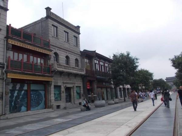 Jajaran bangunan di Jalan Qianmen. (Foto: Lena Ellitan/dtraveler)***Artikel ini merupakan kiriman pembaca detikTravel, Lena Ellitan dan sudah tayang di dTravelers Stories. Anda punya pengalaman liburan lainnya, segera kirim ke detikTravel lewattautan ini.