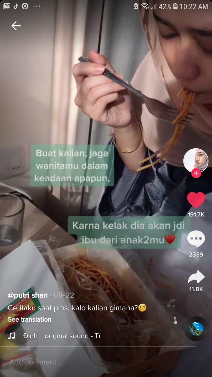 Idaman! Pria Ini Bawakan Air Hangat dan Makanan untuk Pacarnya yang PMS