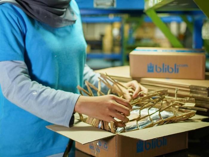Blibli mendaur ulang kardus menjadi filler material yang bisa dijadikan sebagai bahan pengganti plastik bubble wrap.