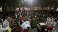 Ratusan anak-anak muda yang nongkrong di Jalan Ketabang Kali di rapid test on the spot oleh petugas gabungan Satpol PP Kota Surabaya, BPB Linmas, Polisi dan TNI serta Dinas Kesehatan Kota Surabaya. Mereka tidak bisa berkutik saat petugas mendatangi lokasi.