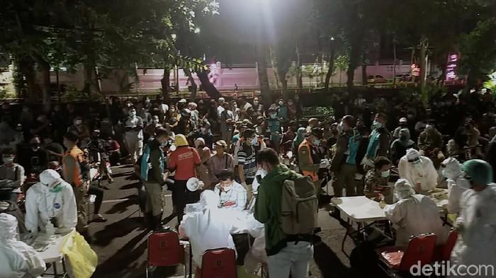Ratusan anak-anak muda yang nongkrong di Jalan Ketabang Kali di rapid test on the spot oleh petugas gabungan Satpol PP Kota Surabaya.