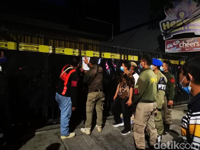 Petugas gabungan merazia sebuah tempat hiburan malam di Surabaya yang nekat buka di tengah pandemi COVID-19. Yakni 9 Heaven Karaoke & Resto yang berada di Jalan Ngagel Jaya.