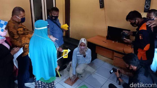 Polres Lebak menggelar rekonstruksi kasus pembunuhan yang dilakukan suami istri, IS (27) dan LH (26), kepada anak perempunya yang berumur delapan tahun.