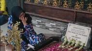 Tangis Istri Pertama Pecah di Makam Didi Kempot yang Usai Dipasangi Nisan