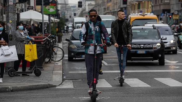 Penggunaan sepeda-skuter listrik jadi upaya warga Italia untuk cegah virus Corona. Pasalnya, dua transportasi itu dianggap dapat bantu warga terapkan jaga jarak