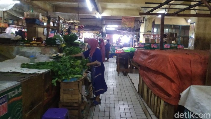 Situasi di Pasar Slipi Jakarta Barat yang buka kembali hari ini, Jumat (25/9).
