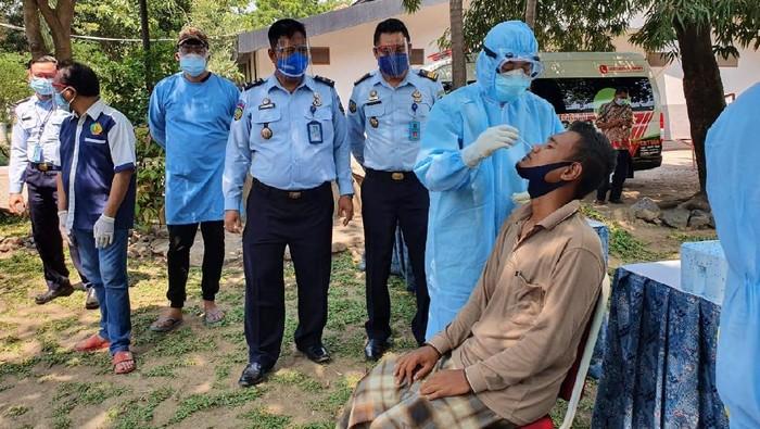 Lapas Klas I Surabaya di Porong-Sidoarjo gerak cepat setelah 47 napi dan 1 pegawai positif COVID-19. Puluhan napi tersebut dievakuasi ke sel isolasi khusus perawatan. Sedangkan seorang pegawai itu diminta isolasi mandiri.