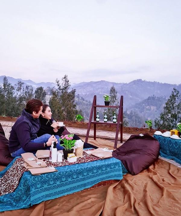 Siapa nih yang mau liburan romantis menikmati sore seperti Syahrini dan Reino Barack di Plataran Bromo?