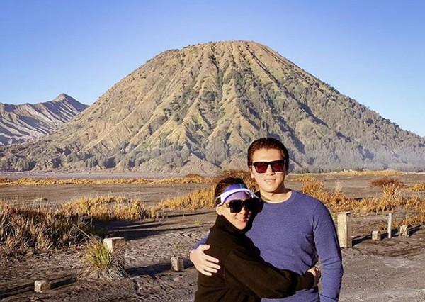 Syahrini dan suaminya berpose romantis di Gunung Bromo.