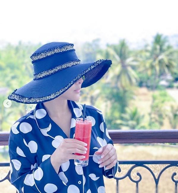 Dalam tag lokasi, Syahrini mengatakan dia menikmati waktu di Palataran Heritage Borobudur.